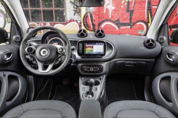 the black interior of the smart fortwo cabrio